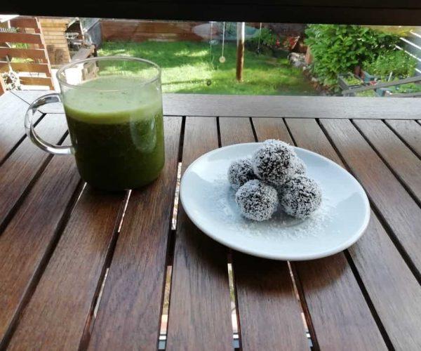 batido verde y bolitas de avellana